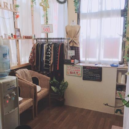 店内エントランス。 室内スリッパに履き替えて受付へ。 格安レディース衣料販売もしています◎