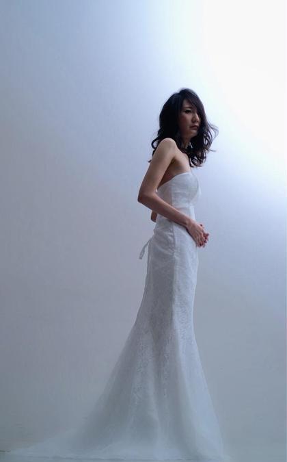 マーメイドラインのウェディングドレスを着てクールに1枚の絵に見えるように作品撮りさせて頂きました。 Remix荻窪店所属・池ヶ谷克美のスタイル