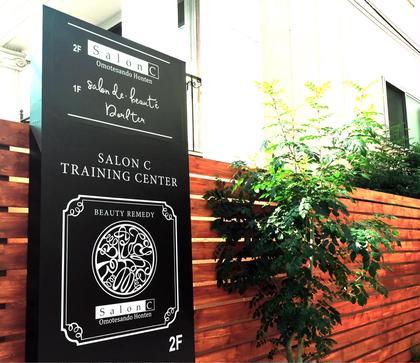 この看板が目印です☆サロンエントランス Salon C  for  Spa&Treatment所属・表参道、南青山まつエクサロンのフォト