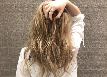 ・ブリーチあり ・ハニーベージュ ほんのりイエローが混じって明るいイメージ 派手過ぎず 可愛さを残す◎ HAIR&MAKE AXIS所属・小野 厚稀のスタイル