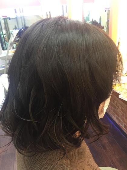 クリスタルパーマ(サルファイト)ボリュームや広がりを抑えながら、毛先カールやウェーブを浮遊感のあるパーマウェーブスタイル