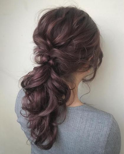 カラー ヘアアレンジ ロング ✔️ラベンダーピンク×ポニテールアレンジ (もともとこの方はブリーチを何回かされてます)  ☑️イルミナカラー   イルミナカラーとは、「WELLA」が開発した革命的なヘアカラーです。今、話題沸騰中のこのカラーは、日本人特有の硬い髪もやわらかな印象に。キューティクルのダメージを最小限におさえ、光が反射するツヤのある美しいヘアカラーが実現できます。今まで、透明感を出すにはブリーチをするしかなかったのですが、イルミナカラーは日本人特有の赤みを飛ばして外人のような透け感を出してくれる画期的なカラー!このカラーだけで外国人風の透明感を出すことに成功しました。つまり、【透明感】【ツヤ】【柔らかさ】が同時に手に入るヘアカラーなのです。