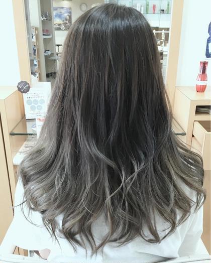 バレイヤージュのグラデーションカラーです!髪の毛全部にブリーチしないで毛先にいくにしたがってだんだん明るくなり自然に馴染むようにしました!色味はブルージュ系のアッシュで外人風にちょっと大人な雰囲気がだせると思います☆( ¨̮ ) Natural  maleec所属・肥田拓真のスタイル