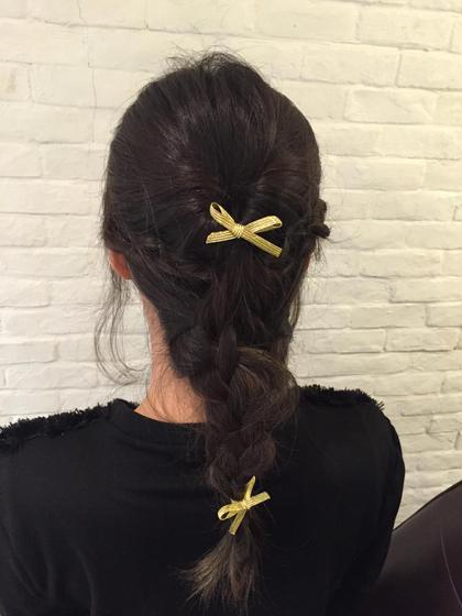 編み込みを使ったヘアアレンジ。 ミディアムからセミロングくらいの長さの方におすすめです。 普段のお出掛けに少し可愛さをプラス出来るようなアレンジ。 リボンを付ければさらに可愛さを強調出来ます★ Neolive capu所属・すがわらきょうかのスタイル