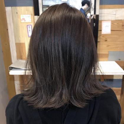cutは毛先を整えて 髪の毛の量が多いと気にさせていたので 量感を調節させていただきました . 前回外ハネボブにcutさせていただいたベースを生かして 今回も毛先に軽さが出るように 量感も調節しています( ¨̮ ) . colorは全体をアッシュとグレーでトーンダウンしました . . カラー剤で作る ほんのりグラデーションです . . 仕上げはとても簡単にアイロンで毛先だけ外ハネに少し巻いて ヘアオイルとシアバターを混ぜて 毛先中心に馴染ませるだけで完成✨ 5分で仕上がります( ¨̮ ) PETAL所属・山口滉斗のスタイル