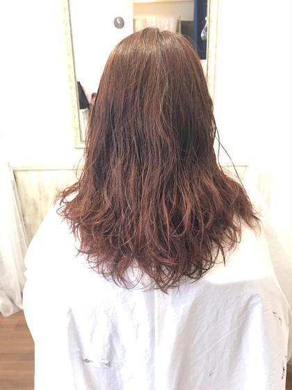 セミロング/summer ゆるふわ なパーマと明るめカラーは 髪の毛をよりやわらか〜く見せてくれます♪ 夏の日差しに透けるのも素敵です  ちょっぴりウェットな質感もいいかと❤️   オススメコース ⬇︎       ⬇︎       ⬇︎ カット&パーマ&カラーリング ¥10000 tu.luce所属・小笠原ゆきこのスタイル