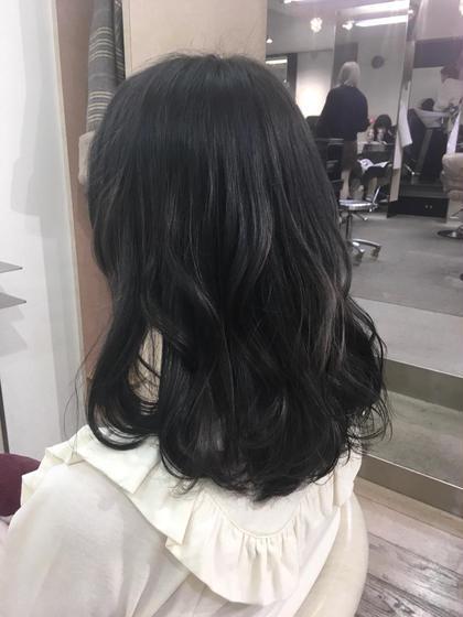 黒染めぐらい暗いのに透明感がある普段使いのカラーです♡ aya.のセミロングのヘアスタイル