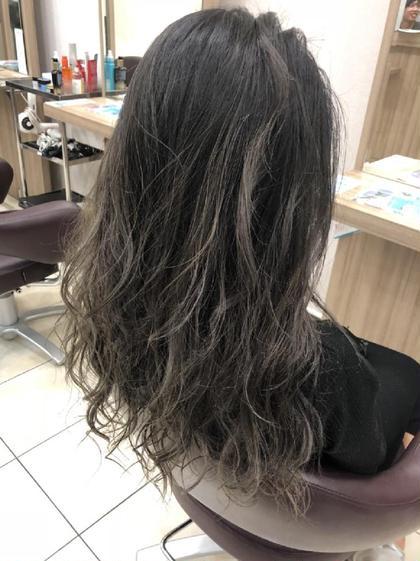 グレージュハイライト 鈴木秋穂のロングのヘアスタイル