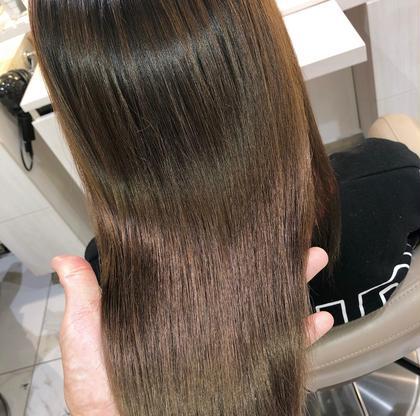 【ブリーチ】していてもクセがあり髪に悩みを抱えている方はたくさんいらっしゃいます。  数年前までは、ブリーチをしてある髪に縮毛矯正を行うことはできませんでした。  ブリーチによる髪内部のタンパク質の破損が原因で、縮毛矯正の薬剤をつけると髪がチリチリになる恐れがあるからです。  ですが今では、2回程度のブリーチ毛なら特殊な薬剤を使用する事で縮毛矯正をかける事が出来ます。 髪の状態により薬を塗り分けて髪をいたわりながら縮毛矯正をかけていきます。 (髪を濡らして引っ張ると伸びたり切れる髪は出来ない場合もあります)  手触りは滑らかに、ツヤもあり自然なストレートヘアーになります。  ブリーチ毛は、かなりデリケートな為トリートメントは必須になります。 予めご了承ください。  #大宮ブリーチ縮毛矯正 #大宮縮毛矯正