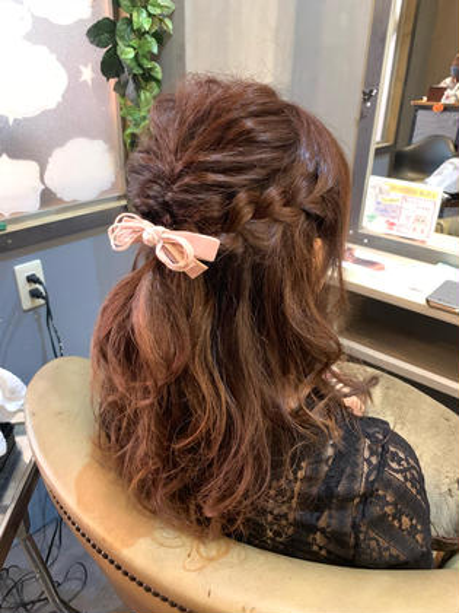 お出かけ前のハーフアップアレンジ❤️ ヘアアクセサリーはお客様に持参して頂きました😊 hairresortAi所属・新谷美咲のスタイル