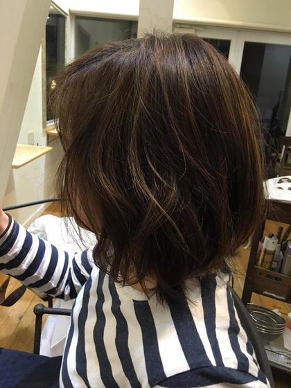 カットはミディアムの長さのボブにレイヤーを入れて軽くしました。 メッシュを入れてオリーブ系の色をのせました。 巻いた時や髪をかきあげた時に動きが出て可愛いです! Works Hair Design所属・矢田優貴のスタイル