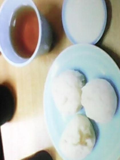 神戸南京町の広場にある老舗の肉まん最高!普通に3ついける。(笑)。 お持ち帰りように8個購入。そら、太るわ。 Brilliant eyes所属・小島サラのフォト