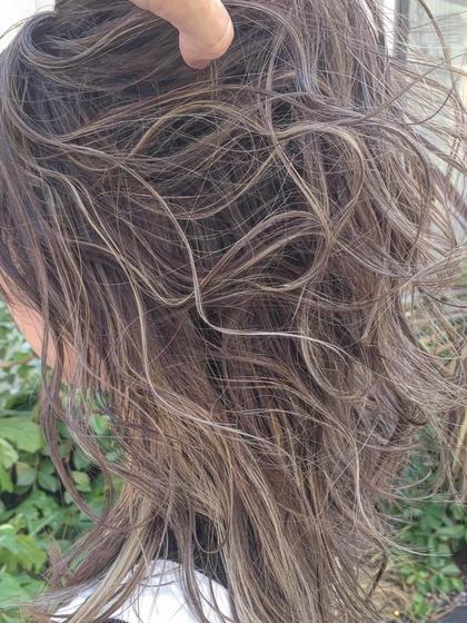 「田宮一誠プロデュースハイライトカラー」  たーぷりハイライト! . 2018年、SNS大流行している外国人風ハイライトカラー。何故? ・ 日本人の硬く太い髪質では今まで出せなかった柔らかさや透明感のある髪質にみせられる。 ・ #インスタ映えするハイライトカラー!他のカラーとの差別化ができるからでしょう。 ・seasons田宮一誠のオリジナルハイライトカラーは他のサロンでは真似できないのは、ポイントがあります。 ・ 1。 極細のハイライトをセッションにわけて必要な分だけいれる。 ・ 2. デザインカラーでまるで絵を描くようにハイライトの根元の位置やズラして計算つくしてのアート感を出すライン感 3. ブリーチは一回でホワイトまでぬける。「ホイルのたたみかたに秘密が」 4. 仕上がりはラインのコントラストがはっきり見える 5・ ベースの色も赤味が出ないカラーを!「バランスが重要」 6. ショート、ボブ、ロング全てのスタイルに似合う。 ・ ハイライトカラーで失敗した!と言う人も多いのでは? ・ラインが太くてギャルぽくなった。 ・抜けて髪がパサパサ ・全然ラインが分からずただ痛んだ ・ハイライト入れたのにホワイトにならない ・ラインが派手すぎて出勤できない ・などなど  ハイライトカラーはデザインカラーなので、経験や知識、もちろんカットの理論が分かっていないとデザインが出来ない!それほど難しい技術です。 ・ 1人1人に似合うハイライトカラーをもっと発信していきたいと思います。 ・ ハイライトカラーは大人気のため1日4名限定とさせて頂いています🙇♂️ただ沢山のお客様にやらせて頂きたいと思っていますのでご予約はお早目だと助かります✨ ・ サロン情報 ・ seasons表参道  表参道駅 1分 ・ 電話📞 03-3400-6551 担当 田宮一誠
