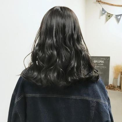 アディクシーカラーでハイトーンからトーンダウン♪ 5レベルのブルージュで透ける暗髪に (ブリーチなしですがベースがかなり明るめの髪です)   コテ32mm  波巻き スタイリング剤 : N. ポリッシュオイル使用 モリタカユキの