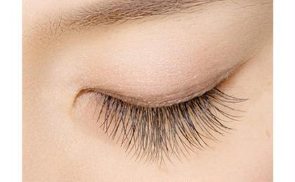 Cute-キュート- 黒目の上が長く、ぱっちりとした 目元になるドーリーなデザイン。 黒目が強調できるので、 目を丸くキュートに見せたい方に オススメのデザインです EARTH霧島国分店所属・若松絵美のフォト