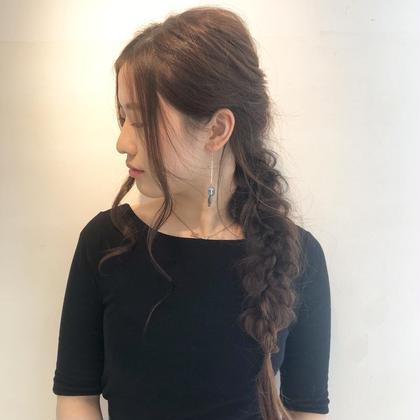 カジュアルな編み下ろしアレンジ🍀  少しアレンジするだけでちょっとしたお出かけも凄く楽しみになりますよね✨  女の子はおしゃれを楽しまなくちゃ🙌 dydi表参道所属・アレンジ二スト/杉山美羽のスタイル