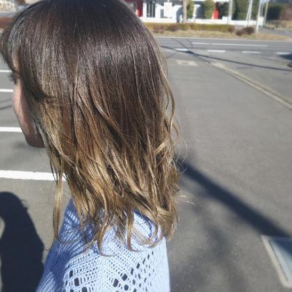 元々ブリーチ毛で根本が伸びてきてしまったお客様⚡ 根本からの繋がりを自然なグラデーションになるように、 カラー塗布!! 今人気のアディクシーカラーで赤みを消しながらの 綺麗なベージュカラーに仕上げました(* ´ ▽ ` *)🎵 knot hair&products所属・佐藤晶帆のスタイル