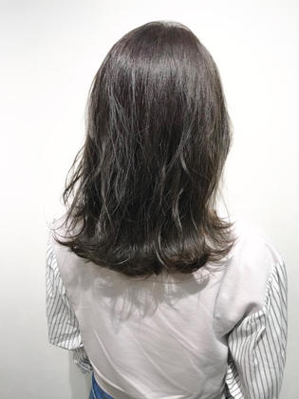 オリーブアッシュカラー☆  赤みを抑えたい方にオススメのオリーブカラー♪  ブリーチなしの髪色になります!