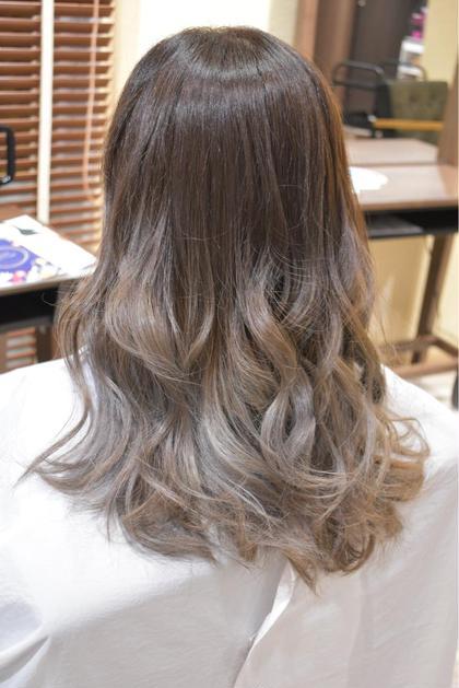 シルバーグラデーション! 宍戸裕亮のセミロングのヘアスタイル