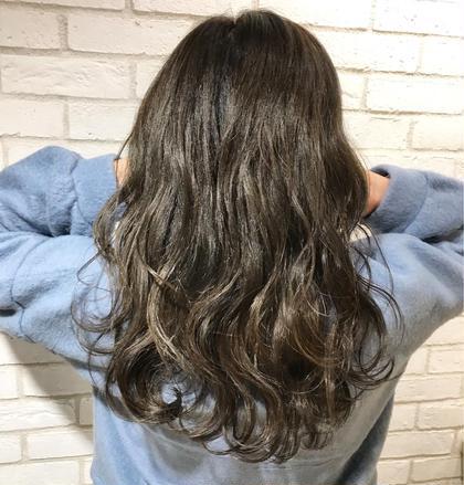 カラー セミロング 前回入れたハイライトを生かしてノンブリーチでグラデーションカラー作ってみました‼️  ✨ お客様の理想のヘアスタイルを、本気で一緒に考えて創り上げていきます✨✨. . 僕のお客様は、髪の赤みが原因で、理想の髪色にならずに悩まれてる方がほとんどです‼️. . 今までの美容室に満足してない方‼️. 是非僕にご相談ください✨. . 今までの美容室史上、最高の髪色にして可愛く綺麗することを約束します…❤️. . 赤みゼロの外国人のような柔らかいカラーでイメチェンしましょう✨♂️. .
