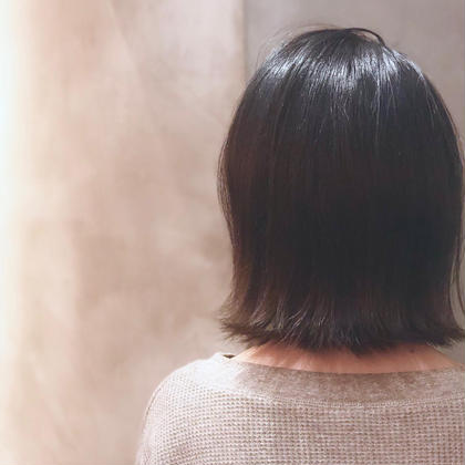 ショート 黒髪のボブも、毛先をぼかして大人っぽく