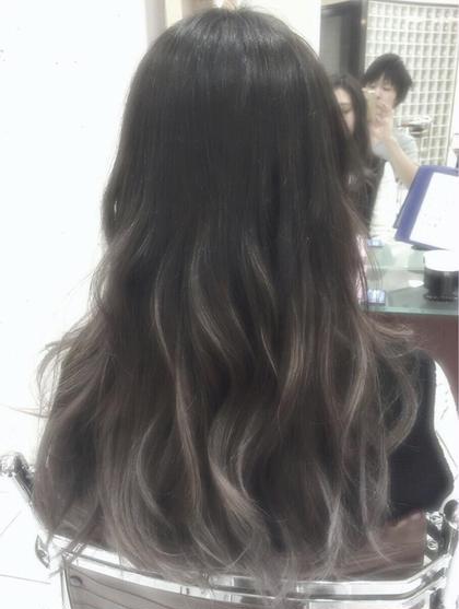 アッシュグラデーションカラー シェリーオフィシャルのセミロングのヘアスタイル