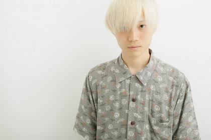 ホワイトブリーチによるホワイトヘアーのツーブロックマッシュショート sherry所属・小野寺翼のスタイル