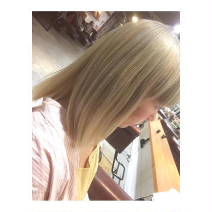 カラー ミディアム medium style . color 【 white blond ✨】     ※ブリーチ2回は必要です。   外国人風のブロンドカラー✨ ブリーチ独特のオレンジっぽさを 薄いアッシュを入れて、白っぽく💓   ハイトーンにするなら、 1度はこれくらい白くするのも 可愛いと思います◎
