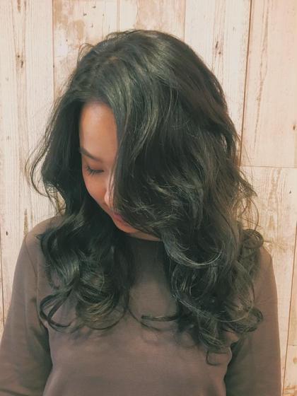 柔らかい黒染め。 真っ黒にしすぎずでもすぐは抜けない そんな絶妙な調節が楽しいです★ AUBE harajuku所属・オギノミワコのスタイル