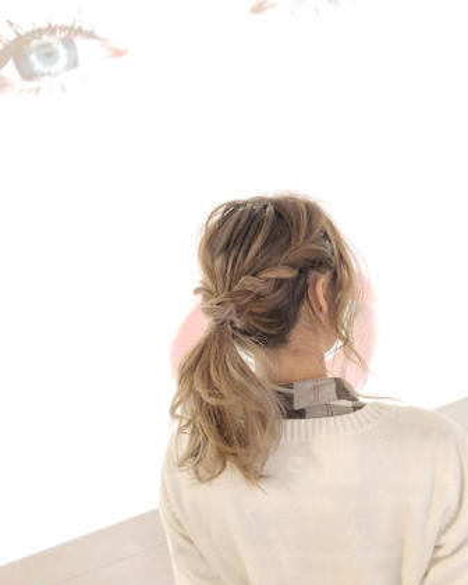 カラー ヘアアレンジ ミディアム サイドの髪をロープ編みしてひとつに結んだ簡単ローポニー⭐︎