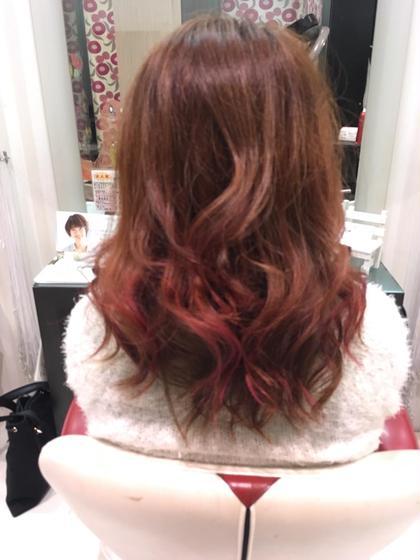 レッド、オレンジ 秋カラー 表面の毛先だけピンクを入れてアクセント♪ hair&make earth所属・スタイリスト 吉岡碧のスタイル