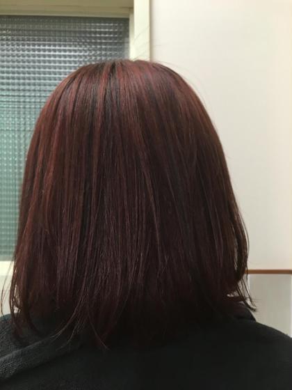 上の方にだけローライトを入れ艶っぽい髪型にしました(*^^*) 全体は、赤を強めに入れ、落ちてきた頃にいい色になるようにしました❗️(*^^*) 巻いたりするとより動きが出るのでワンカラーでいれるときよりも、オシャレに見えます(^o^) neolive ora所属・穴井真里奈のスタイル