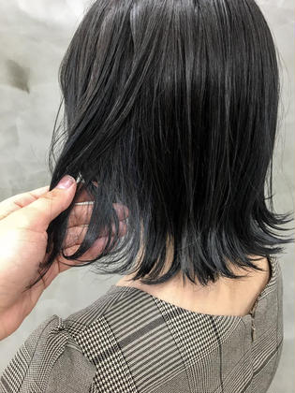カラー インナーがブリーチ毛のお客様 ベースはブルーブラックでお洒落な黒がみに インナーはシルバーアッシュを濃いめにいれてます❤︎❤︎ 色抜けもたのしめそう! #インナーカラー#ダブルカラー#切りっぱなしボブ