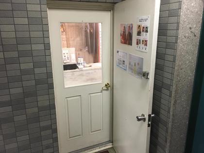 エレベーターを2階に上がるとこちらの扉が見えてきます。 【シャルム】とゆう美容室と同じお部屋になります。 お気軽にお入りください☺️✨ eyelashsalon belinda所属・TKaoriのフォト