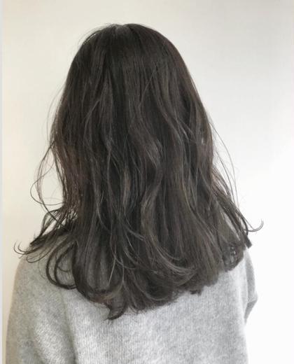イルミナカラーは色が抜けてしまってパサパサに傷んだ髪でも、たちまち美しいツヤのあるヘアに! ブリーチ無しで透明感をだすのでキューティクルのダメージを最小限におさえることができます。  暗い髪色でも、透明感とこなれ感をプラスしてくれるのがアッシュカラーの良いところ。 「落ち着きのある大人っぽさや色気が欲しい!」というかたにおすすめしたい髪色です☀️ 白井大樹のスタイル