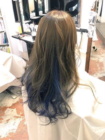 インナーカラー★ 上はアッシュベージュでインナーはブルー hair salon dot.tokyo所属・田中萌子のスタイル