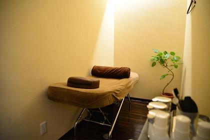 ✨施術スペース✨ 高級感のあるサロン内は全席半個室☆最新低反発ベッドでリラックス♪ お客様によりリラックスして頂ける為に、照明やベッド、枕やフットクッションなどにもこだわった半個室の施術スペースです。 Salon de Leone所属・Salon deLeoneのフォト