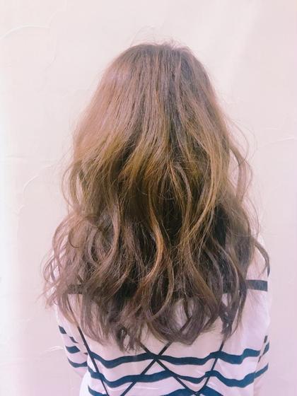ハイライトを細く入れて、巻いた時に立体感がでます。  Of hair所属・喜多菜々子のスタイル