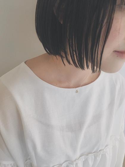 地毛風の暗めカラー 口元で揺れる切りっぱなしボブスタイル  カラーに関してはハイライトを入れる際は 必ずブリーチをします! しかし心配しないでください 痛まないという発言は嘘になるかもしれませんが、 全てをブリーチするよりも断然ダメージは少ないです! それに自毛とミックスされることによってとても柔らかい透明感が出ます  透明感のある柔らかい髪色が好きです☆   カットに関しては顔周りは特に重要視しています 前髪を厚めにするのか薄めにするのか 広げるのか狭めるのか それだけで小顔にも見えるからです  そして、1番印象を変えれるからです  僕はそんな顔周りを作るのがとても好きです☆ Neolive  横浜西口店所属・サキハマコウヘイのスタイル