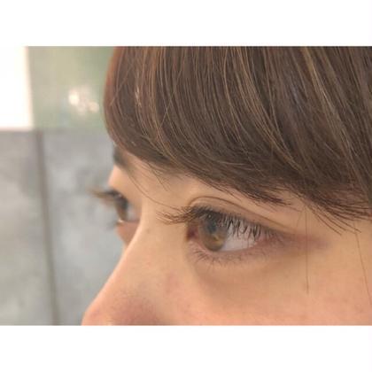 Jカールのカラーマツエク🐻❤︎ 正面から見ると優しい目元に、横から見ると自然に自まつげがブラウンに見える感じがとてもかわいいです◎ メニュー+¥800でカラーエクステに変更できます! 青木萌寧の