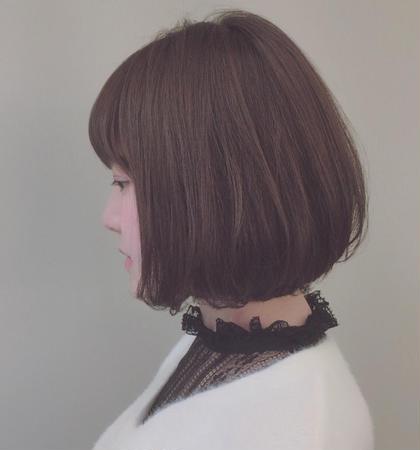 カラー ミディアム フェミニンボブスタイル。  スモーキーアッシュで 柔らかい雰囲気に。