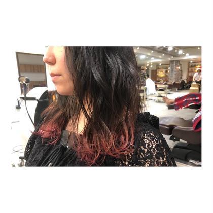 カラー ロング long style . gradation color 【 pink red💓】     前の写真の巻きver.を 前から撮った写真です💕    上の髪色が暗くても 毛先を明るくするだけで、 一気にお洒落度が増します🍃    毛先と表面だけを巻いて、 シアバターでしっとり仕上げると 今っぽくておすすめです✨