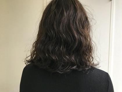 パーマ リアルパーマスタイル!大きめのロッドでしっかりウェーブ!スタイリングが楽チンです!! ダメージレスなコスメパーマを使用してます! なるべくコテで巻いた質感に近くなるようふんわりかけます!! ※髪質によってパーマのかかり方はかなり異なります。まずはご相談くださいませ。