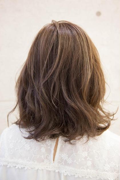 トップにレイヤーを入れ動きのあるミディアムボブ。 カラーは透け感のあるアッシュと毛先の束感で抜け感のあるスタイルです。 PERS hair design 大倉山店所属・三國祐美のスタイル