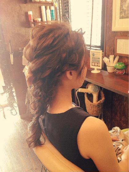 ラプンツェル風ゆるっと可愛いダウンスタイルのアレンジ⋈ あみこみと三つ編みと四つ編みをくみあわせて…♫ 力が入りすぎてないので、カジュアルに合わせても、アクセサリーをつければ結婚式のおよばれにも!♡ chouette HairMake&HeadDress所属・サダハルカのスタイル