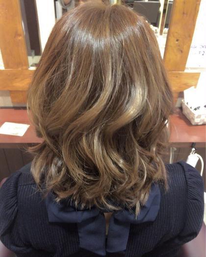 新商品のブリーチサプリを使い、ダメージを最小限におさえつつ色を抜き、色持ちのよいカラー剤でアッシュ系を入れさせていただきました。 ALBA   hair resort所属・福岡愛のスタイル
