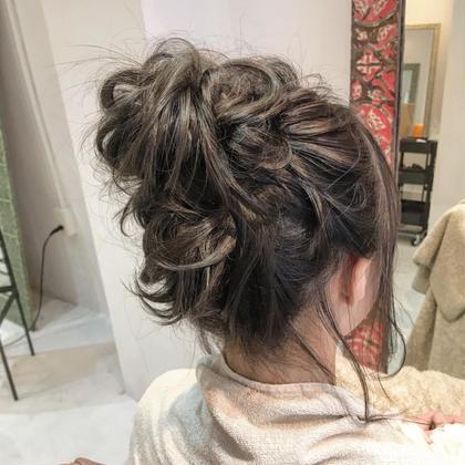 今流行りのグレージュ。 ざっくりなお団子ヘアにぴったり♪ hairsalonlien所属・山下晶子のスタイル