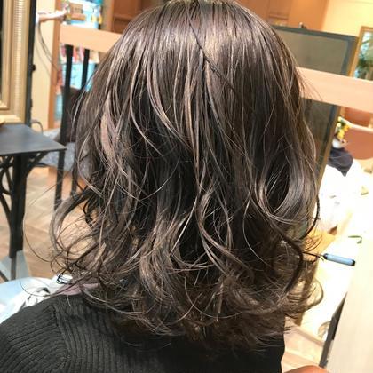 ブリーチを使わないグレージュカラーです!  巻き髪との相性もいいですよ! Ipse所属・女子大生支持率NO.1生神優季のスタイル