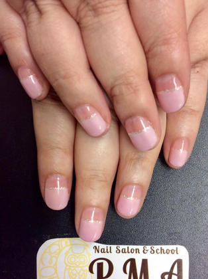 ピンク+シルバーラメライン☆ フレンチのラインを入れる位置を少し変えるだけでもまた印象が変わりますね(^^) こちらのモデルさんは深めに入れておられます☆とてもお似合いです! ひ所属・Nail Salonひのフォト