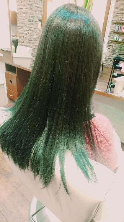 カラー 根本から毛先までグリーンのグラデーション! 光の辺り具合で雰囲気が変わります!